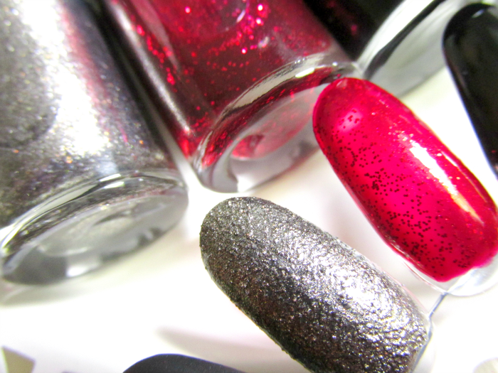 Swatches Maybelline Suit Style: 443 Suit and Sensibility - Silber / Textured 444 Red Reaction - Rot / Glitter