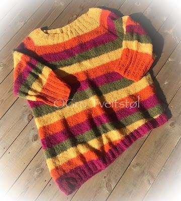 20bf6f10 Her er genseren med rundhals, som er strikket høyere bak. Denne har jeg  også strikket A-symmetrisk nede. Garnet jeg har brukt her er Faerytale fra  Du Store ...