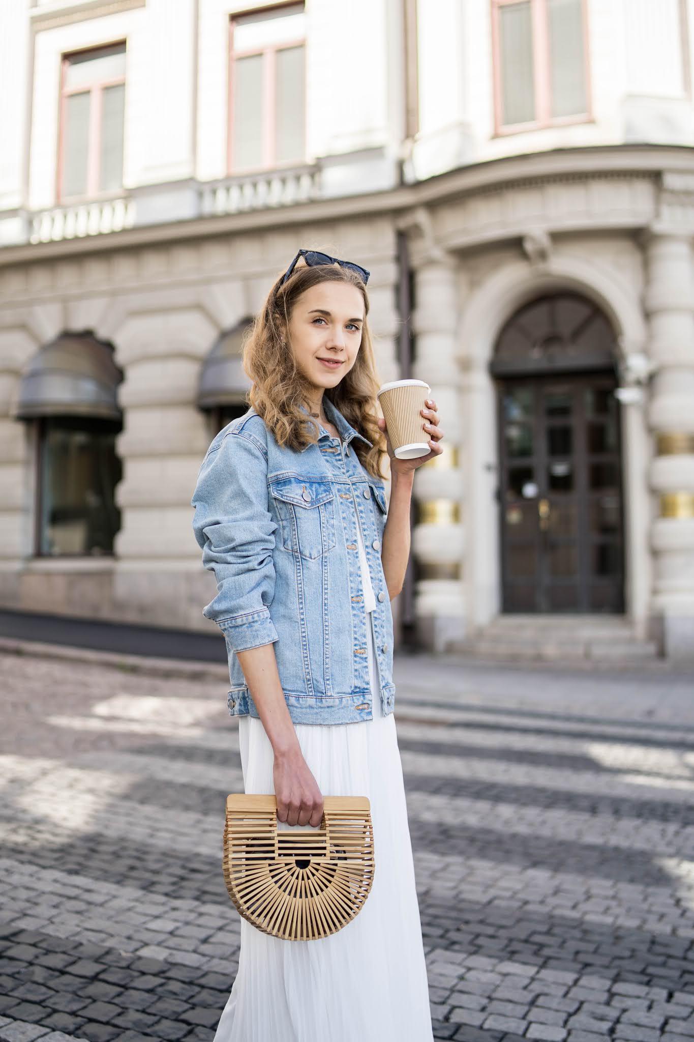 Summer outfit: white maxi dress and denim jacket - Kesäasu: valkoinen maksimekko ja farkkutakki