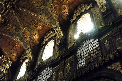 janelas e teto de uma igreja