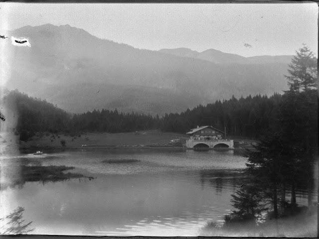 Das Eibsee-Hotel in Grainau mit der Kramerspiz im Hintergrund - um 1930