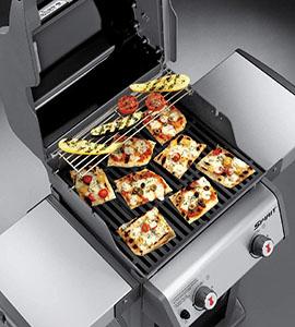 cocinando los alimentos en la barbacoa weber spirit e-210