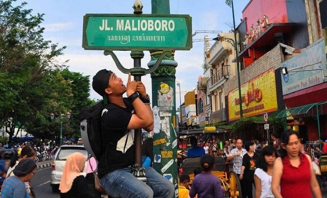 Berfoto di Plang Tulisan Jalan Malioboro