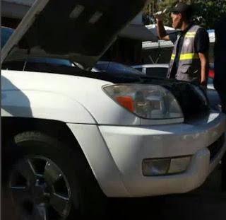 Autoridades revisan vehículo abandonado por prófugo Brayan Félix