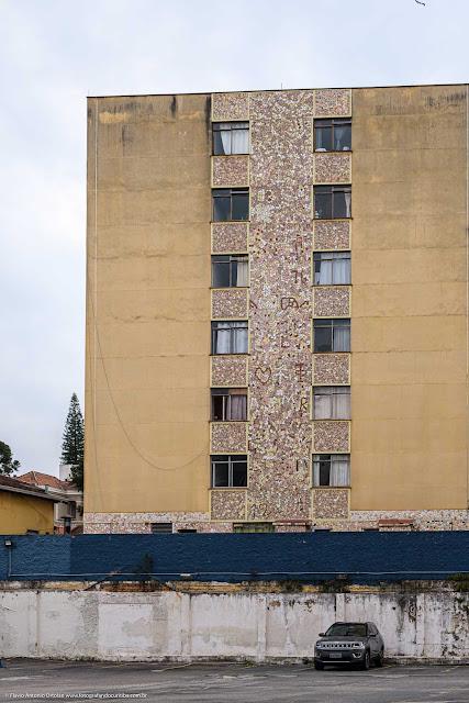 Uma faixa com cacos de azulejos nos fundos de um edifício