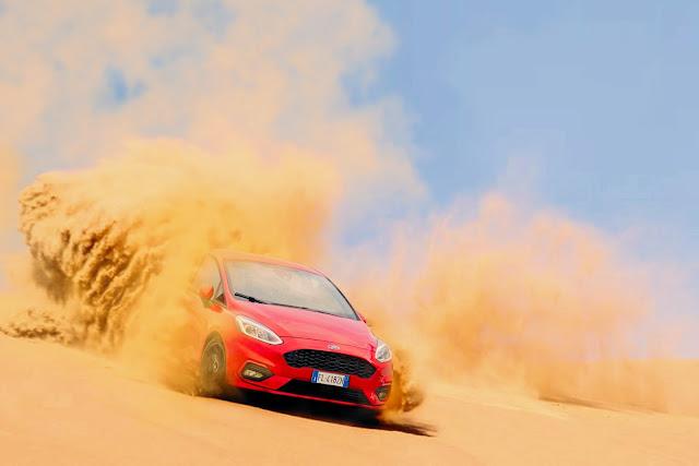 سيارة تمشي في الصحراء