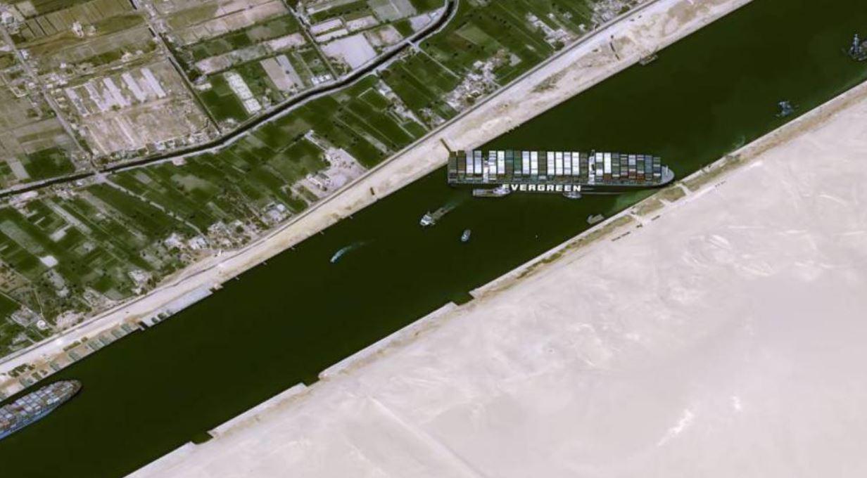 هيئة قناة السويس تتلقى عرضاً أمريكياً للمساعدة في تعويم السفينة الجانحة