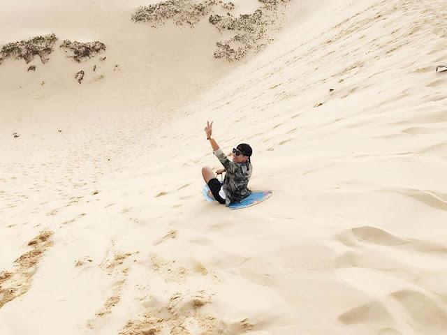 Với những đồi cát cao, dốc, cồn cát Quang Phú nổi tiếng với trò chơi cảm giác mạnh rất thú vị là trò trượt cát. Ván trượt là các loại đơn giản như: mo cau, giấy cứng… Ngồi trên ván trượt từ trên cao xuống, giữa lớp cát láng mịn, hòa mình với thiên nhiên bao la thật thú vị, mới lạ. Trò trượt cát này thích hợp cho tất cả mọi người như một trò chơi để thư giãn thoải mái hay với một số người là trải nghiệm cảm giác mạnh. Bạn hãy cùng gia đình bạn bè đến chơi trò chơi đầy thú vị và bất ngờ này.