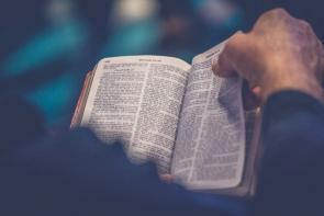 un individ care citește din Biblie - foto de Rod Long - unsplash.com
