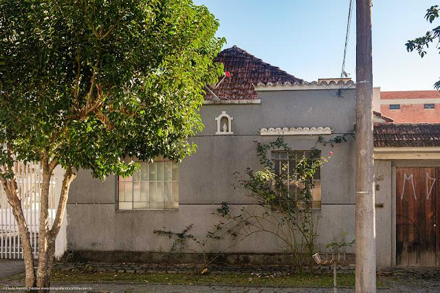 Fachada de casa com capelinha na platibanda