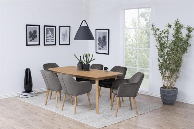 Wygodne krzesła z materiałowym obiciem