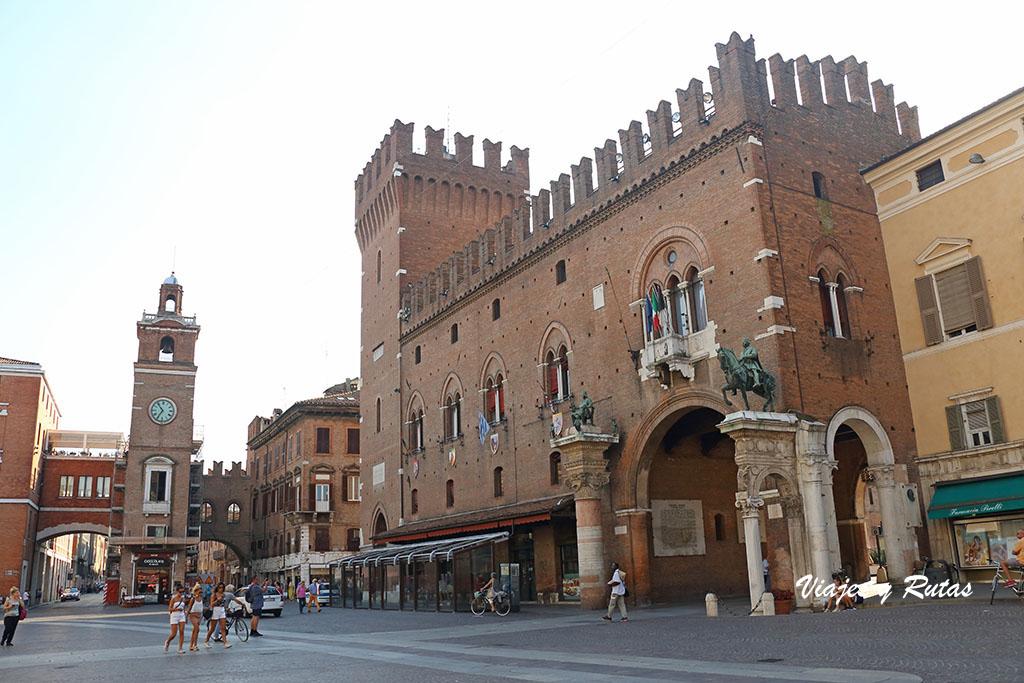 Torre dell'Orologio y Ayuntamiento de Ferrara