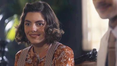 Lili (Triz Pariz) fica feliz ao ter autorização dos pais para namorar Julinho (André Luiz Frambach) — Foto: Globo