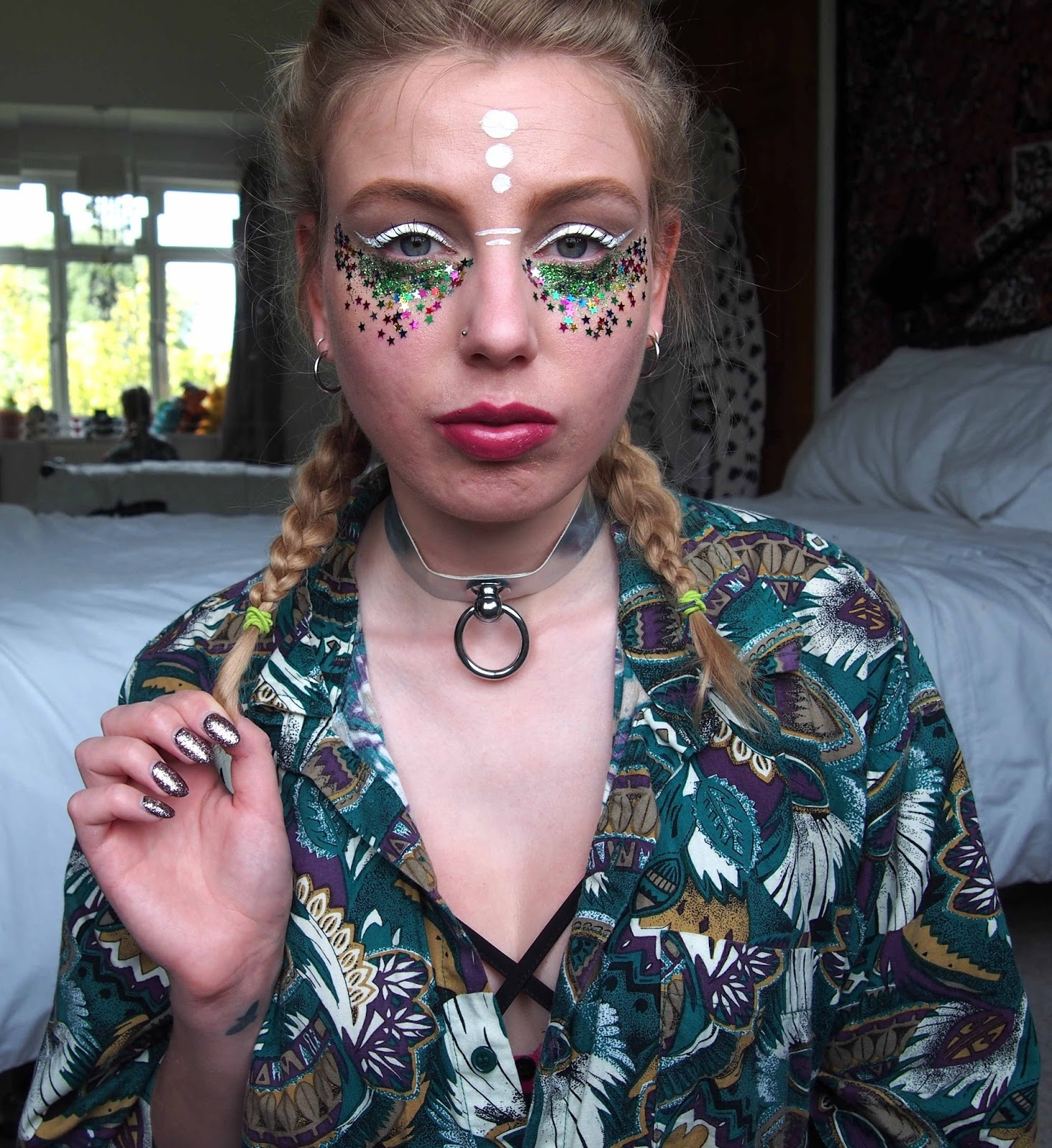 festival bestival the future makeup, festival glitter star sequin makeup, white eyeliner, space sci fi alien makeup 4
