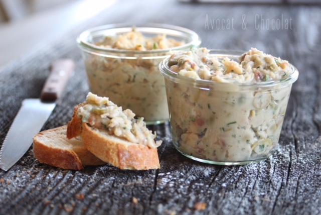 """alt""""=2 pots de rillettes de haricots blancs sur une planche avec 2 tranches de pain et un couteau"""""""