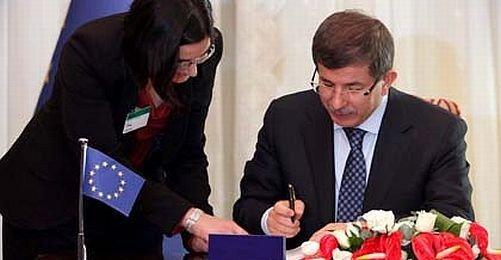 Dönemin Dışişleri Bakanı Ahmet Davutoğlu Avrupa Sözleşmesi'ni imzalıyor. (11 Mayıs 2011)