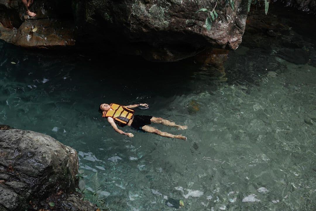 berenang di curug leuwi lieuk