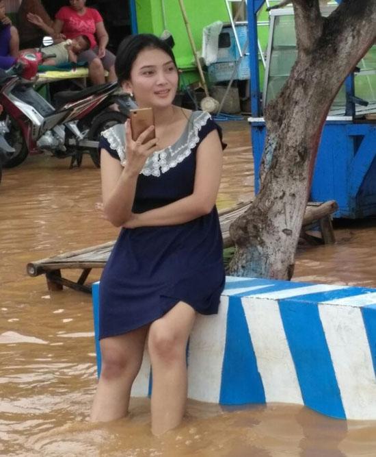 Foto Cewek Cantik Korban Banjir Kedawung Yang Jadi Viral