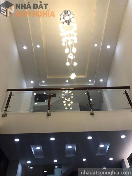 Đèn trần phòng khách cũng cao cấp nốt