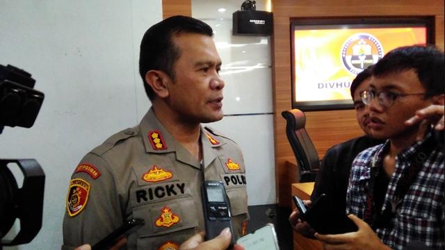 Polisi Buru Pembuat Video Hoaks Truk TNI Angkut WN China