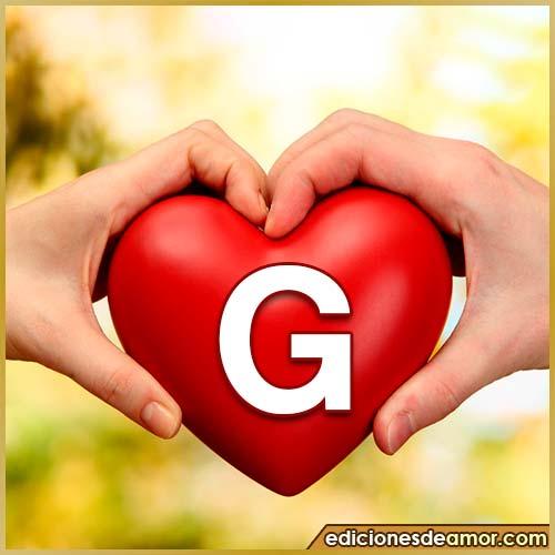 corazón entre manos con letra G