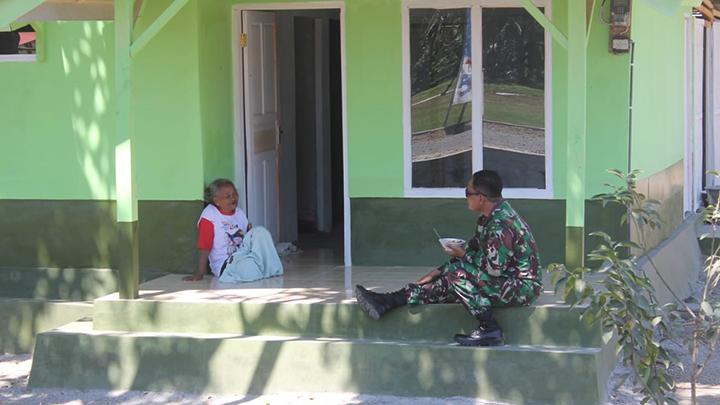 Curhat Mbah Wahja, Ketika Dan SST Satgas TMMD Singgah ke Rumahnya