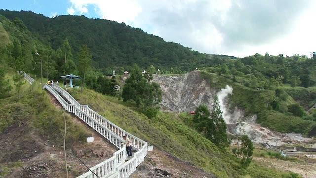 Bukit Kasih ini terletak di pedesaan dengan pohon Tugu Kerukunan, Bukit Kasih Minahasa