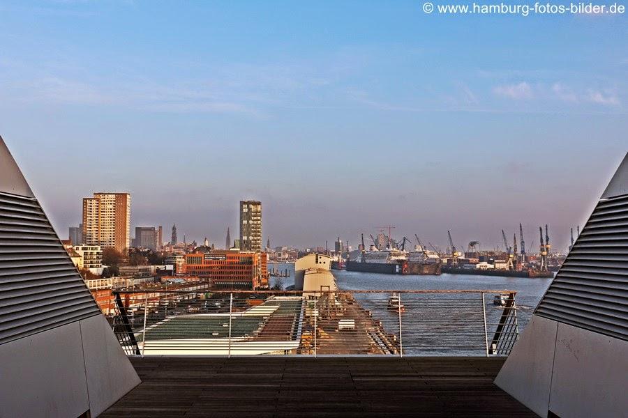 Blick vom Dockland Hamburg auf den Hafen