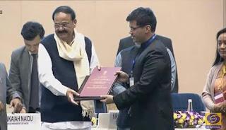 कलेक्टर मिश्र ने दिल्ली में पुरस्कार ग्रहण किया