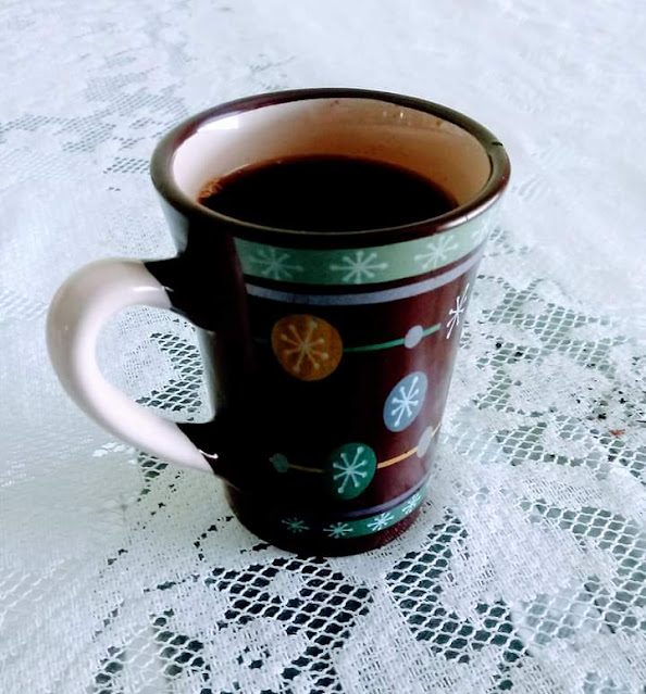 A foto mostra uma linda xicara de café na mesa é o início de mais um domingo em família para louvar e agradecer a Deus pela Vida e tomando aquele cafezinho saboroso.