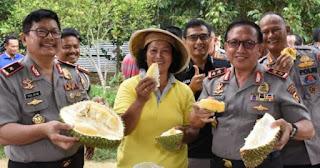 Kapolda Jambi Ajak Personel Makan Durian Bersama Langsung dari Kebun di Mestong