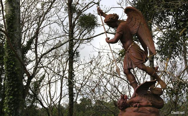 Archange Saint Michel terrasant le dragon, chapelle Notre Dame du Rugby, Larivière Saint-Savin