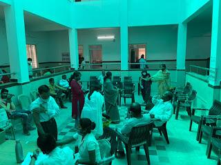 वैक्सिनेशन केन्द्र में आर्ट आँफ लिविंग संस्था ने किया सहयोग