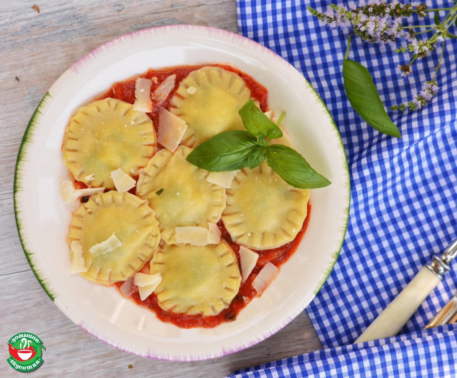 рецепта за равиоли с босилек и моцарела поднесени с доматен сос