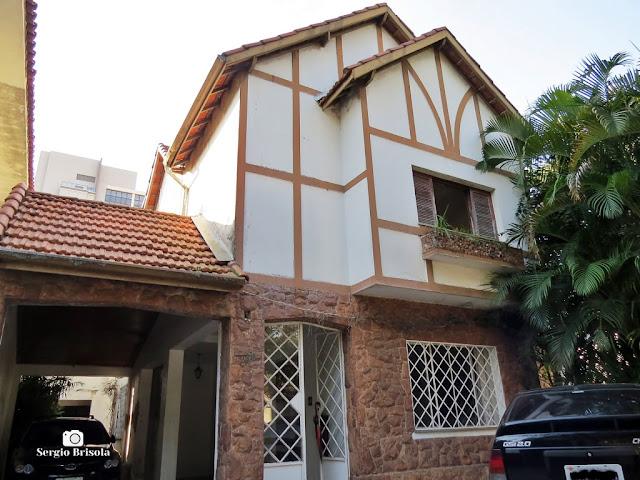 Vista ampla de uma Casa estilo Tudor na Avenida Senador Casemiro da Rocha - Mirandópolis - São Paulo