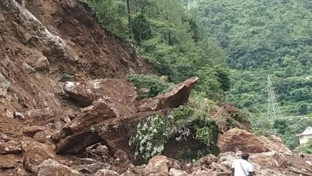 पहाड़ो पर बारिश का तांडव जारी, कई सड़के आज भी बन्द ! कल सड़क हादसे में एक और मौत ।
