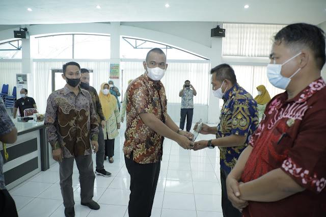 Kepala Desa Pemenang Lomba Potensi dan Inovasi Desa Menerima Hadiah dari PT Inalum Persero