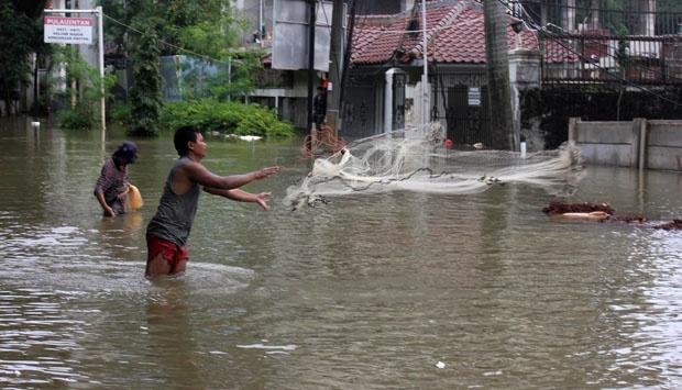 Beberapa Fenomena Warga Yang Mendapatkan Ikan Ketika Banjir