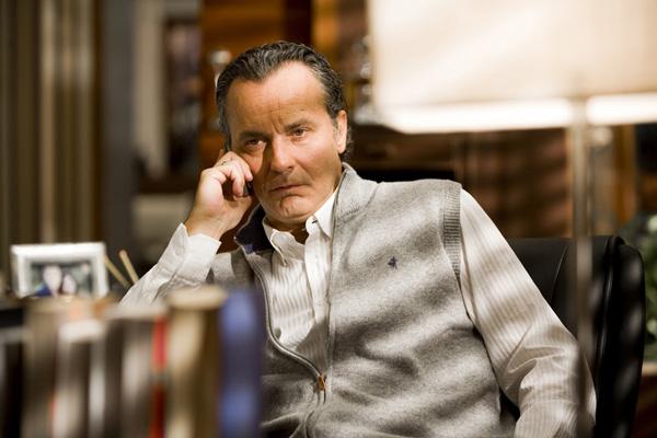 el actor, sentado en su despacho, hablando por el móvil