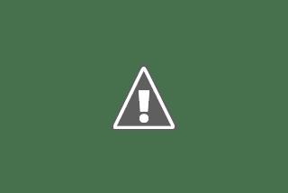 Hombre pasea a una mujer en silla de ruedas