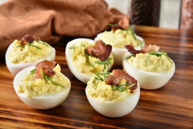 A tökéletes majonézes töltött tojás receptje: húsok és saláták mellé is jól megy
