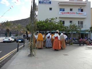 Señoras con trajes canarios