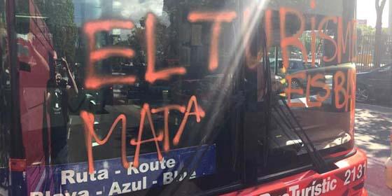 Ruedas pinchadas, pintadas, amenazas al conductor y momentos de pánico vividos por los turistas de Barcelona tras ser atacados por encapuchados independentistas catalanes.