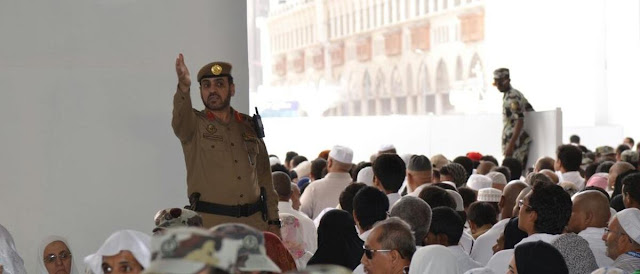 رجل أمن سعودي يضرب معتمراً في الحرم المكي أمام زوجته، بالفيديو