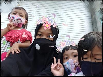 memberi teladan memakai masker untuk anak-anak