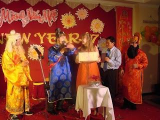http://prazdnichnyymir.ru/novyi-god/6599/kratkaja-novogodnjaja-jenciklopedija-u-kogo-kakoi-ded-/