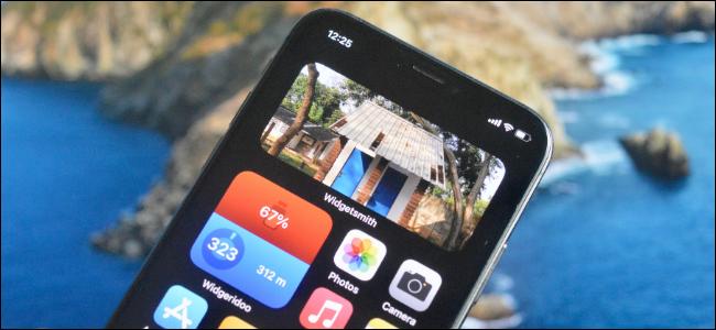 مستخدم iPhone يضيف أداة صور إلى الشاشة الرئيسية