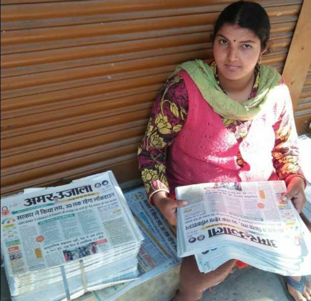 बागेश्वर: महिला समाचार पत्र वितरक ज्योति घर-घर पहुंचा रही अखबार