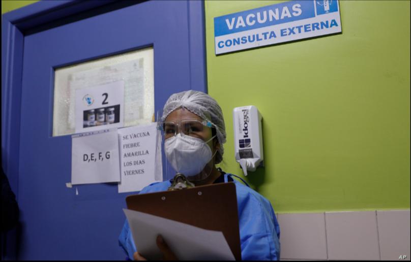 Una enfermera espera su turno para recibir la vacuna Sinopharm contra la COVID-19, en el Hospital del Niño, en La Paz, Bolivia, el 26 de febrero de 2021/ AP