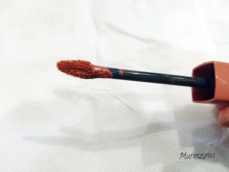 Poetical Lip Tint by POETIC MOVEMENT aplicator